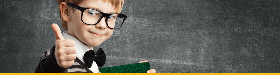 Bitcoin-Bestaetigung - kleiner Bub mit Brille gibt Daumen hoch