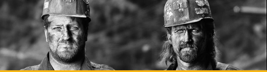 Bitcoin Mining - Zwei Minenarbeiter, schwarz weiß Fotografie