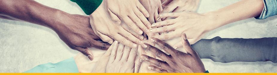 Peer-to-Peer - Hände vieler Nationalitäten kommen zusammen