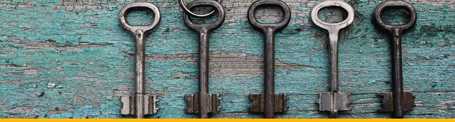Der Private Schlüssel - Alte Schlüssel liegen auf altem, türkisem Holz