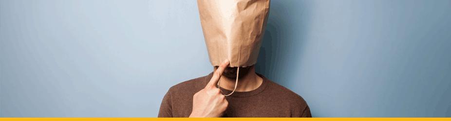 Satoshi Nakamoto - Mann mit brauner Papiertüteüber Kopf