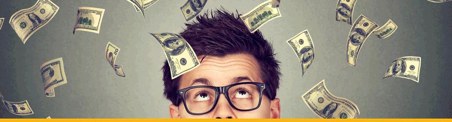 Bitcoin-Reward - Mann mit Brille blickt Geldregen an