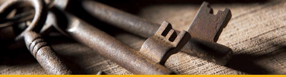 Public Key - Alte, rostige Schlüssel auf Holz